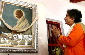Asma Jhangir praying to the photo of Ghandi